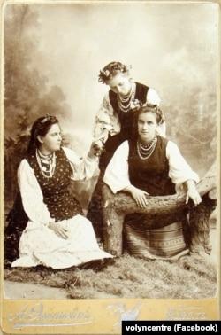 Оксана Старицька (ліворуч) та Лариса Косач (Леся Українка) зі своєю сестрою Ольгою Косач (праворуч). Ковель, 1896 рік