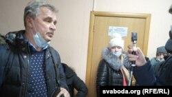 Анатоль Лябедзька спрабуе трапіць на працэс аднапартыйца Кабанава, Магілёў, 11 лютага 2021.