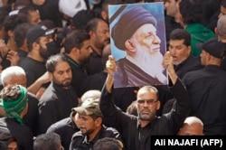 تصویر آیتالله حکیم در دستان هوادارانش در نجف در مراسم تشییع او در ۱۴ شهریور امسال