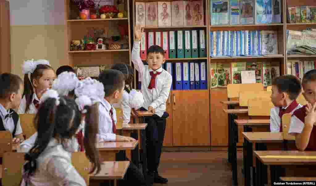 Бишкек шаарында 89 муниципалдык мектеп бар. Алар 75 миң окуучуга эсептелген, бирок 170 миң бала окуйт. Бул сан нормадан 2-3 эсе көп.