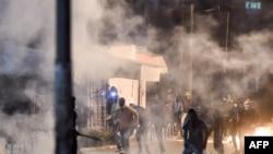Тунистеги демонстранттар менен полиция кагылыша кетти. 17-январь, 2021-жыл.