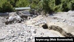 Река Бал-Алма, затопившая садовый кооператив «Хуторок», течет по улице