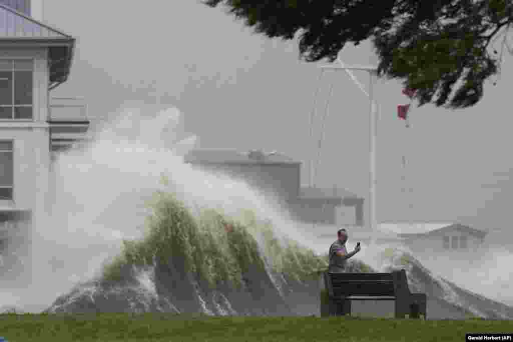 Un bărbat își face o fotografie în 29 august, pe malul Lacului Pontchartrain.