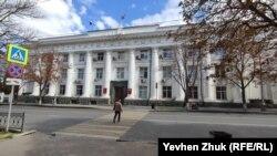 В бывшем здании городского совета теперь заседает российское Законодательное собрание Севастополя