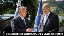 Janez Janša szlovén miniszterelnök emléklapot ad át a koronavírus-járvány első hulláma során nyújtott magyar segítségért Orbán Viktor miniszterelnöknek a szlovéniai Bledben 2020. szeptember 1-jén