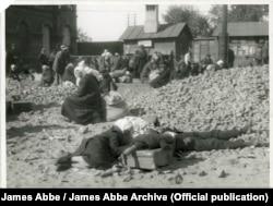 Саме за це фото, зроблене на залізничному вокзалі у Харкові, Еббе арештували. James Abbe / James Abbe Archive