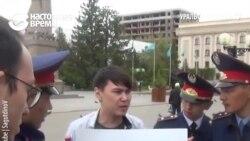 В Казахстане полицейские задержали парня, который стоял с белым листом бумаги