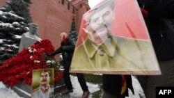 Люди с цветами и портретом Сталина у памятника Сталину в день 137-й годовщины его рождения. Москва, 21 декабря 2016 года.