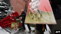 У могилы Сталина (архивное фото)