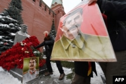 Могила Сталина у Кремлевской стены в Москве в годовщину его рождения