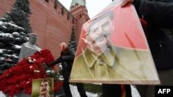 Поклонники Сталина у его могилы у Кремлевской стены.
