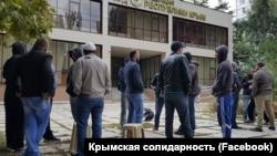 Крымчане ждут решения суда в Симферополе ,9 октября 2017 года
