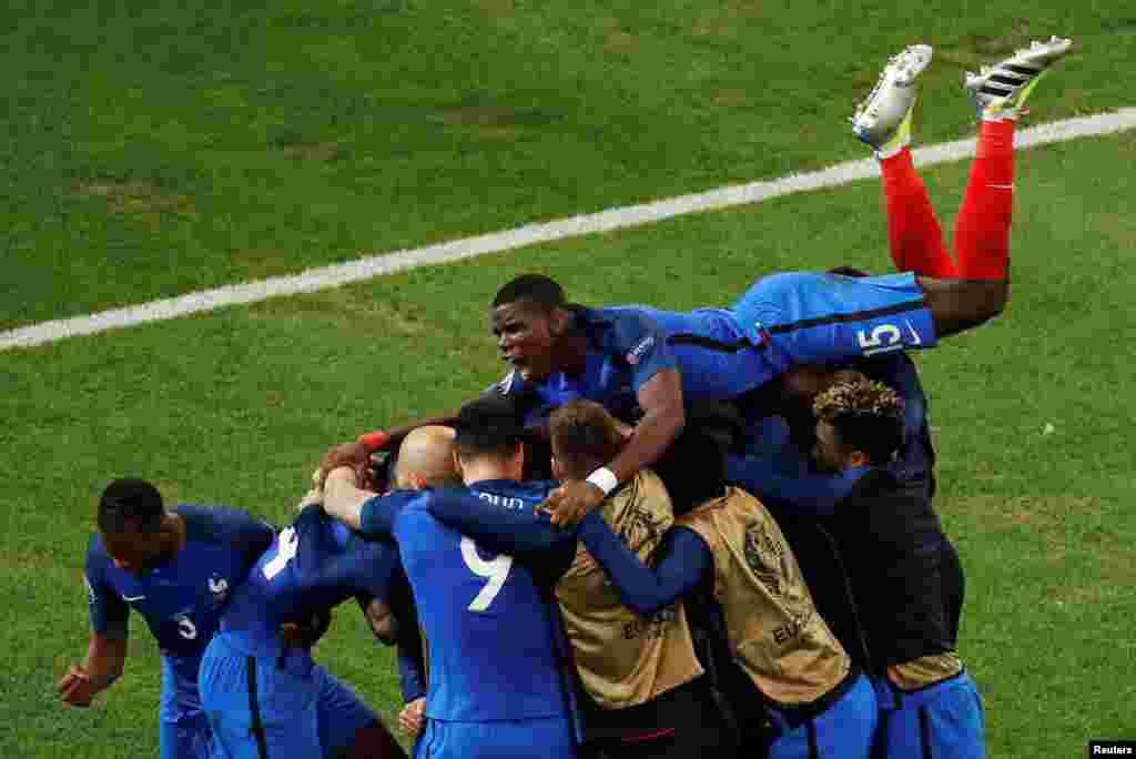 Fransiýanyň Antoine Griezmany Albaniýa garşy oýunda derwezä pökgi salmagyna şatlanýar. Euro 2016 futbol çempionatynda Fransiýa 2-0 utry. (Reuters/Jean-Paul Pelissier)
