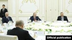 Премьер-министр Армении Никол Пашинян (в центре) на саммите СНГ в Ашхабаде, 11 октября 2019 г.