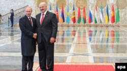 Belarusian President Alyaksandr Lukashenka (right) with his Russian counterpart Vladimir Putin during the Supreme Eurasian Economic Council summit in Minsk earlier this year.