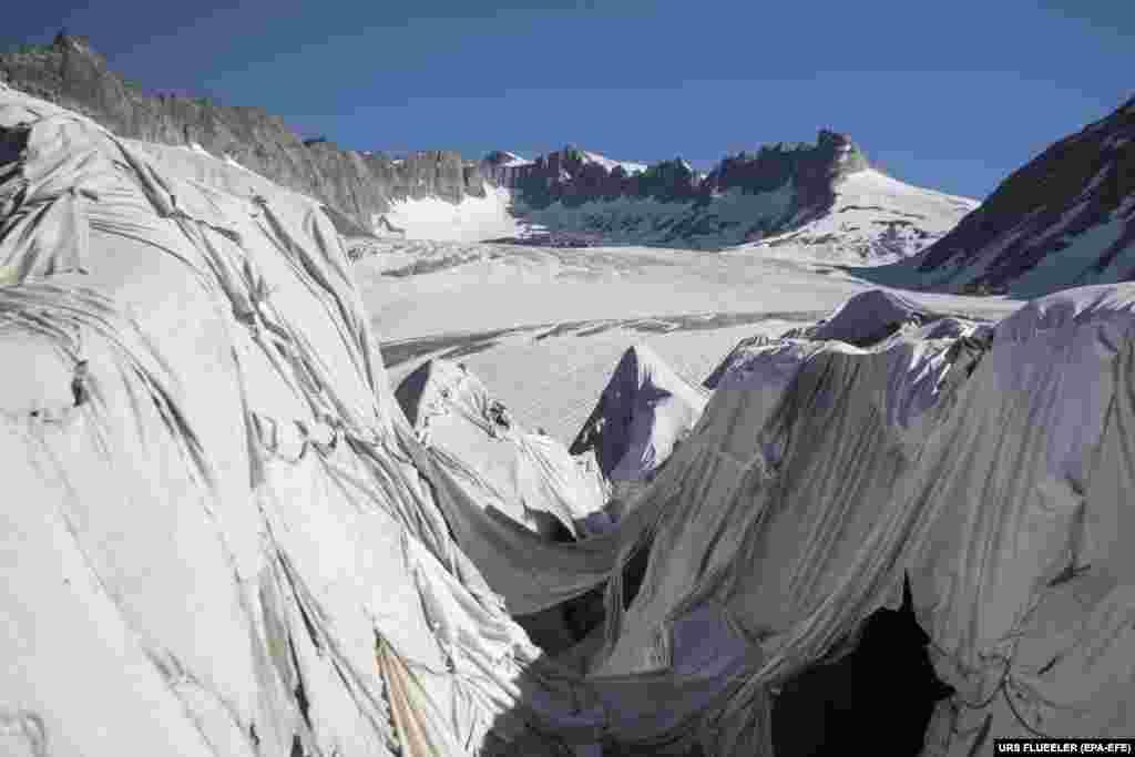 Ронскі ледавік каля перавалу Фурка ў Швэйцарыі. Гэты найстарэйшы ў Альпах ледавік накрыты спэцыяльнымі прасьцінамі, якія не даюць ільду раставаць. (EPA-EFE/Urs Flueeler)