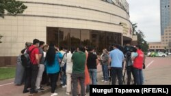 Restaurateurs protest in front of Nursultan's city administration office on June 3.