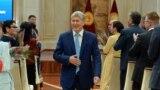 Президент Алмазбек Атамбаев cыйлык тапшыруу аземинде, 6.10.2017