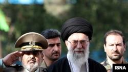 Духовный лидер Ирана аятолла Хаменеи (в центре)