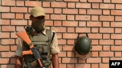 Një ushtar i Indisë në roje në qytetin Srinagar në Kashmir