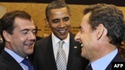 دمیتری مدودف (چپ)، باراک اوباما (وسط) و نیکولا سرکوزی (راست) در نشست لیسبون