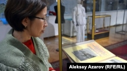 Қазақстанның орталық мемлекеттік музейі қызметкері Гүлсара Жапақова 1943 жылы өткен Орта Азия халықтары спартакиадасы фотоальбомын көрсетіп тұр. Алматы, 25 қаңтар 2017 жыл.
