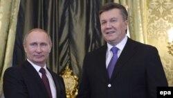 Ресей президенті Владимир Путин (сол жақта) мен Украина президенті Викт ор Янукович. Мәскеу, 17 желтоқсан 2013 жыл