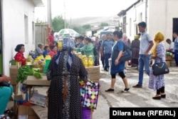 Торговля рядом с пунктом «Жибек жолы» на границе Казахстана с Узбекистаном. 16 мая 2018 года.