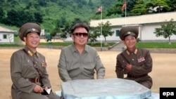 Наблюдая за дискуссией о своей атомной бомбе, Ким Чен Ир сохраняет видимое спокойствие