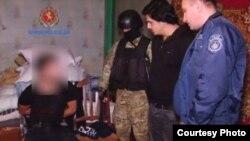 Как свидетельствует оперативная видеосъемка, бойцы спецназа с оружием и в полной экипировке провели задержание подозреваемых