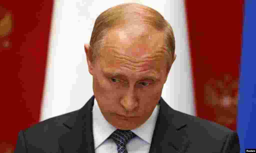 """7 мамыр күні Мәскеуде баспасөз мәслихатында Ресей президенті Владимир Путин """"Украинаның оңтүстік-шығысын федерализациялау жайлы 11 мамырда референдум өткізуді жақтаушылар ол шараны кейінге қалдыруы керек"""" деп мәлімдеді. ОлУкраина билігінен елдің оңтүстік-шығысындағы """"әскери операцияларды тоқтатуды Ресей талап ететінін"""" айтты. Сонымен бірге ПутинУкраинада 25 мамырға белгіленген президент сайлауын """"дұрыс бағыттағы әрекет"""" деп атады. Суретте:Ресей президенті Владимир Путин. Мәскеу, 7 мамыр 2014 жыл."""