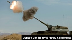 Holland Panzerhaubitze 2000 (páncélos tarack) tüzel Afganisztánban 2009. február 28-án. A magyar állam nemrég bevásárolt ebből a tarackból