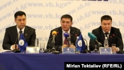Kyrgyz opposition deputies Kamchybek Tashiev (center), Sadyr Japarov (left), and Talant Mamytov address a press conference in Bishkek following their appeal in June