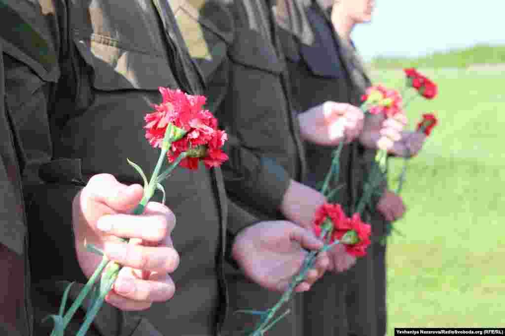 Вояки поклали на могили невідомих солдатів червоні гвоздики на знак вшанування загиблих учасників АТО