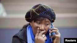 Дачка Нэльсана Мандэлы размаўляе па тэлефоне падчас заключнай часткі суду пра перазахаваньне парэшткаў іншых дзяцей Мандэлы