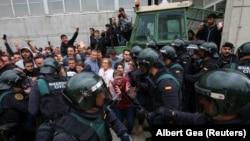 درگیری پلیس ضدشورش اسپانیا با معترضان، خارج از یکی از شعب رأیگیری