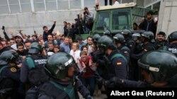 Столкновения между сотрудниками испанских силовых органов и жителями у избирательного участка в Каталонии. Сан-Жульян-де-Рамис, 1 октября 2017 года.