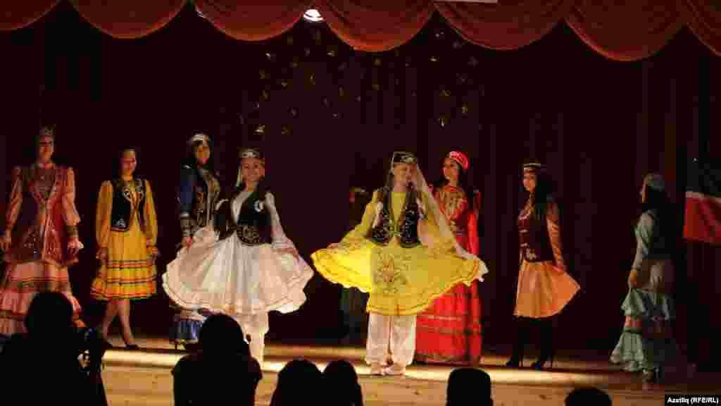 Латвия, Эстония, Русия (Петербур), Чехия кызлары татар милли киемнәрен күрсәтте