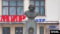 Бюст Дуніна-Марцінкевіча ў Бабруйску стаіць на расейскамоўным фоне.