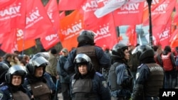 Ukraine -- Riot police stand guard during an opposition rally in front of the central election commission in Kyiv, 06Nov2012