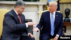 Петро Порошенко (л) і Дональд Трамп (п) під час зустрічі в Білому домі, Вашингтон, 20 червня 2017 року