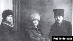 Султан-Галиев с женой и Измаил Фирдевс