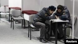 Бойцы ставропольского ОМОНа изучают объявления о работе в центре занятости