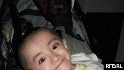 Семей полигонының зардабынан сырқат болып туған Уәлхан Серікқалиев. Семей, қазан, 2009 жыл.