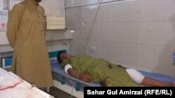 یک فرد ملکی که در حمله مسلحانه بر محبس مرکزی ننگرهار زخمی شده در شفاخانه برای درمان منتقل شده است.