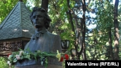 Bustul lui Mihai Eminescu pe Aleea Clasicilor din Chişinău