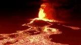 Ноќна снимка од беспилотно летало на лава што тече од вулканот Кумбре Виеја, кој еруптираше на 19 септември
