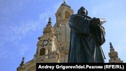 Памятник Мартину Лютеру у Фрауэнкирхе в Дрездене