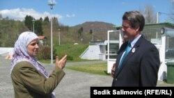 Hatidža Mehmedović i Stiven Gilen u Potočarima, 17. april 2013.