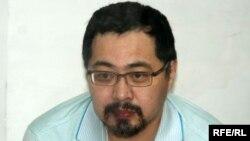 Оппозиция белсендісі Ермек Нарымбаев сот залында отыр. Алматы, 21 маусым 2010 жыл.